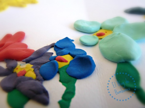 Flores pintadas con plastilina
