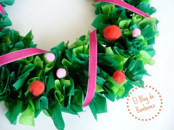 Corona de Navidad hecha con papel de seda
