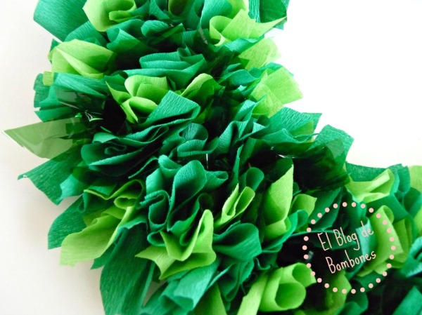 Corona de acebo hecha con papel seda