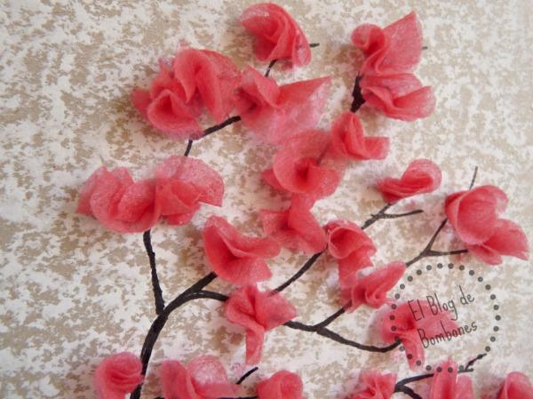 Flores de cerezo con papel de seda