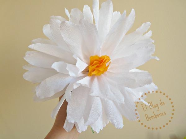 Añadir estambres a una flor de papel