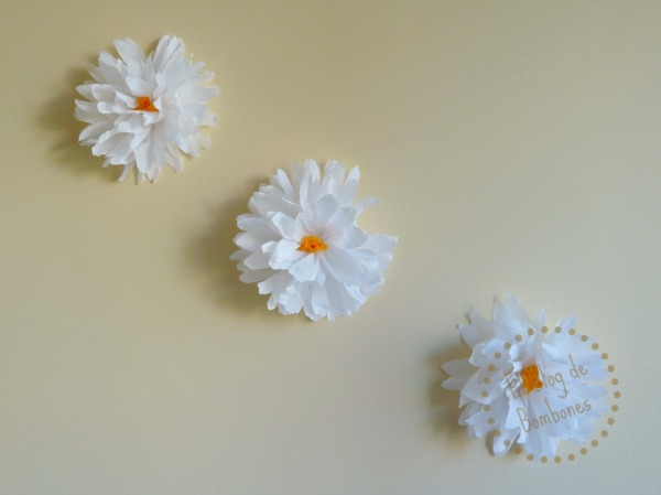 Decorar una pared con flores de papel crepé