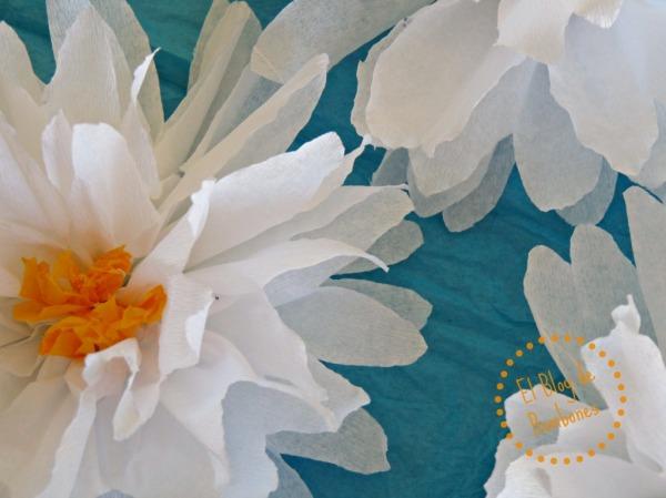 Detalle de la flor en papel crepé